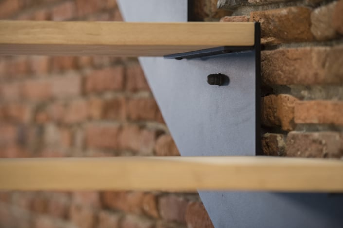 escalier avec limon en acier et marche en bois