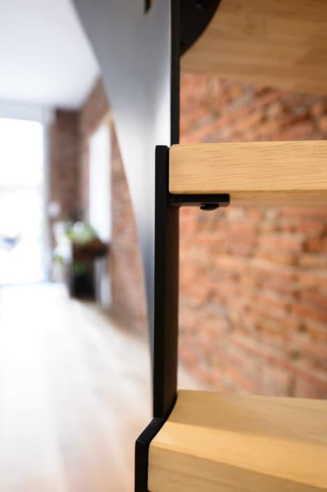 escalier en bois clair avec limon en acier peinture noir