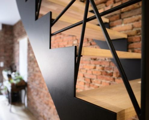 escalier en bois moderne avec limon latéral et rampe design en acier