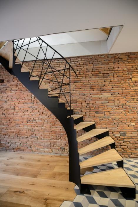 escalier tournant avec marche en bois et limon et rampe en acier