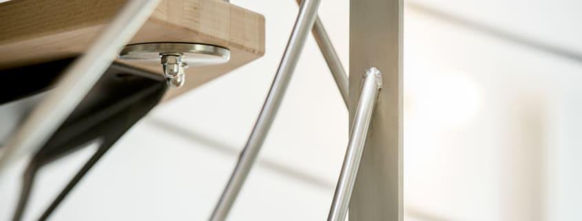 escalier deux quarts tournants avec rambarde en métal et en bois