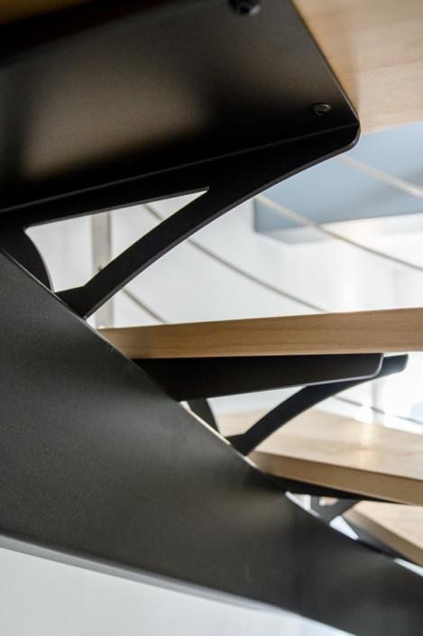 escalier deux quarts tournants moderne en acier avec marche en bois