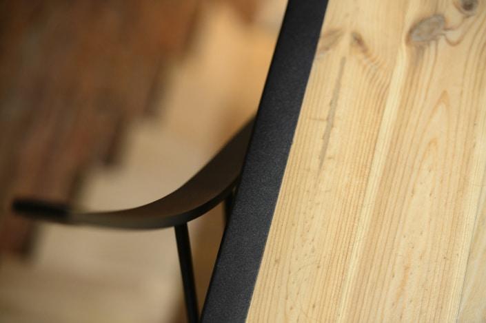 escalier en bois avec limon latéral en acier noir