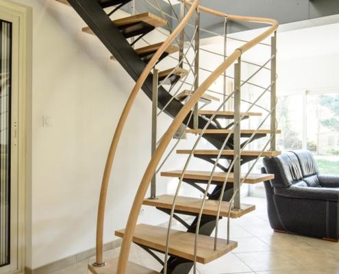 escalier deux quarts tournants et rampe en fer forgé et bois clair