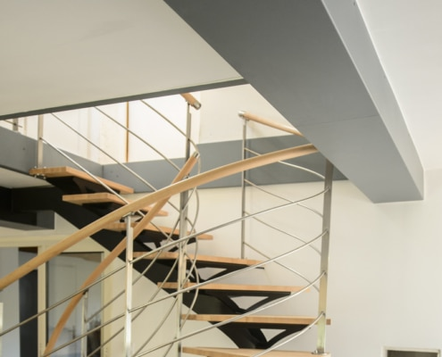 escalier design quart tournant avec rampe en métal et marche en bois