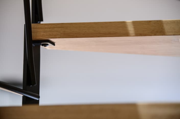 escalier avec marche en bois et limon latéral en acier noir