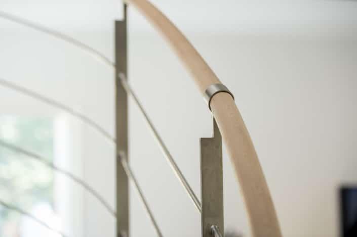 rampe d'escalier moderne en bois et en fer forgé
