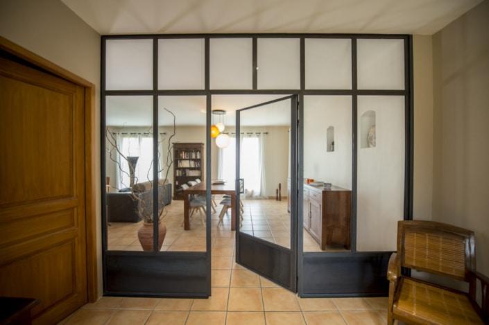 verrière d'intérieur en acier avec porte maison