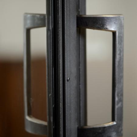 verrière d'intérieur en métal avec porte et poignets en acier