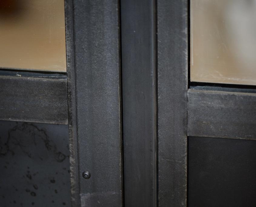 verrière avec soubassement finition en métal et acier