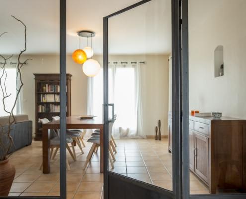 verrière d'intérieur avec soubassement en acier salon cuisine