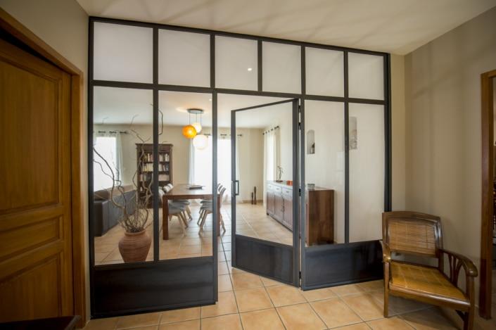 verrière d'intérieur en acier avec soubassement et porte salon