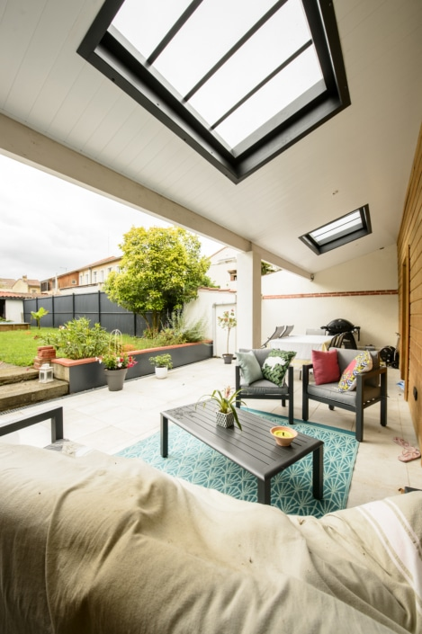 terrasse design toit avec verriere exterieur et puit lumiere en metal