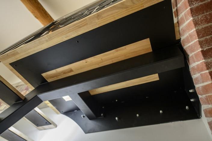 escalier en metal avec plateforme