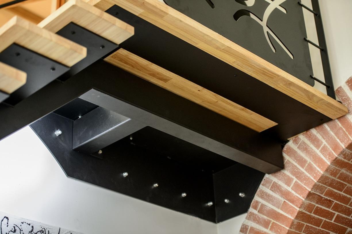 escalier quart tournant en metal avec plateforme