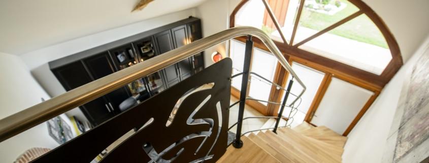 escalier moderne avec marche en bois et garde-corps en metal