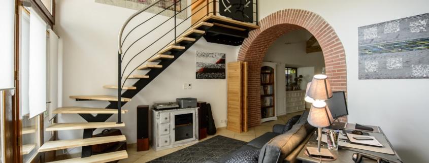 salon avec escalier quart tournant design en metal