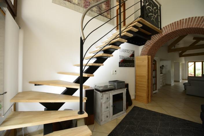 maison avec escalier quart tournant moderne en metal