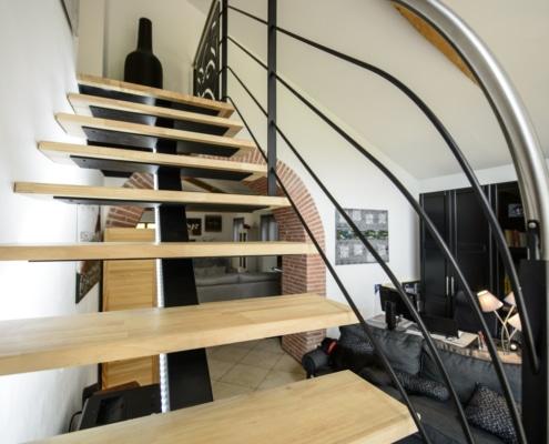 escalier design avec limon central en fer et marche en bois