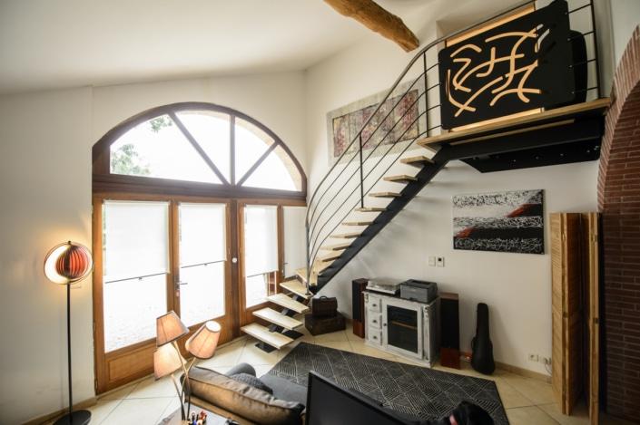 salon maison avec escalier quart tournant en metal et garde-corps design