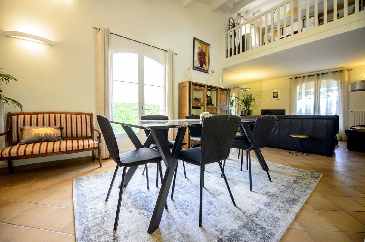 salle a manger avec table design en metal