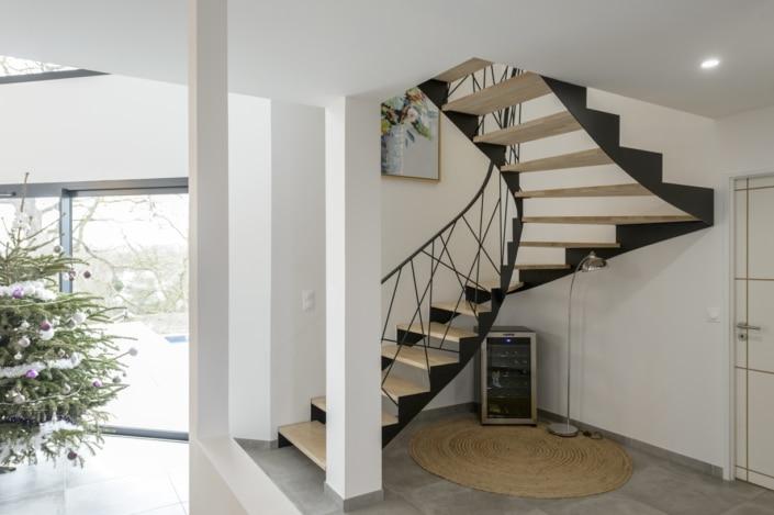 maison moderne avec escalier design en metal et en bois