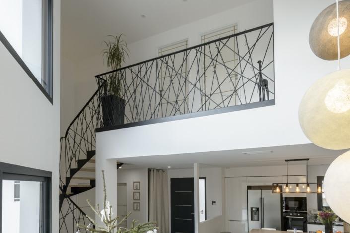 maison avec escalier moderne et garde corps en fer