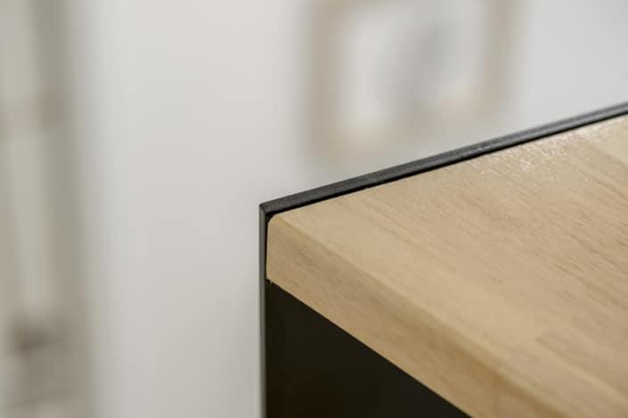 escalier en metal avec marches vernies en bois
