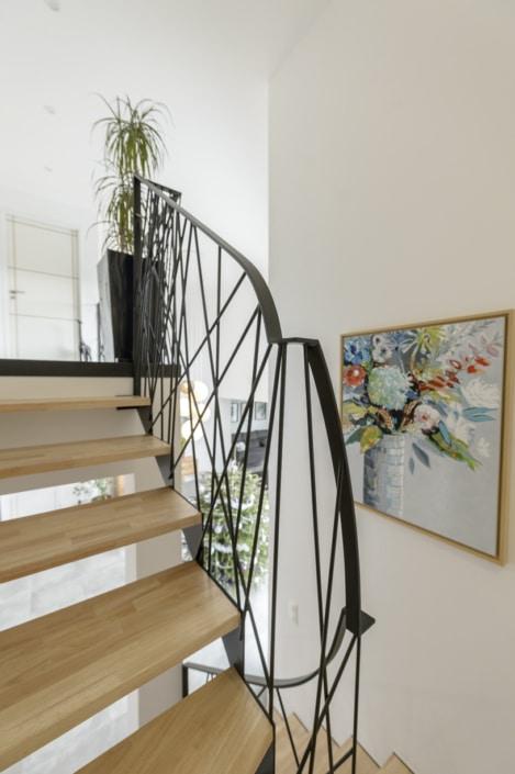 escalier design avec marche en bois et structure en fer
