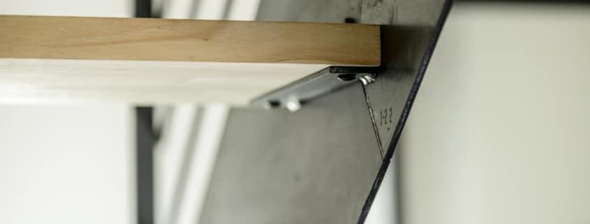 escalier design en fer avec marches en bois