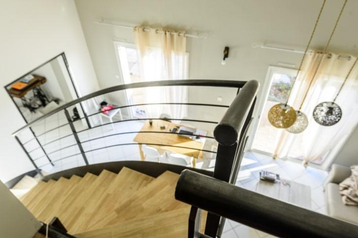 grand escalier en fer avec marche en bois