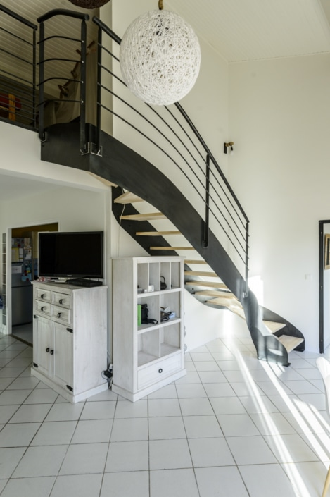 escalier quart tournant en fer et en bois