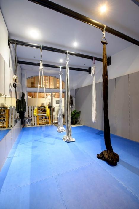 studio de dance avec barre en fer au plafond