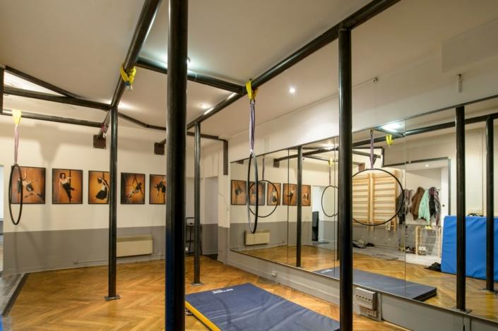 salle de dance avec barres en fer