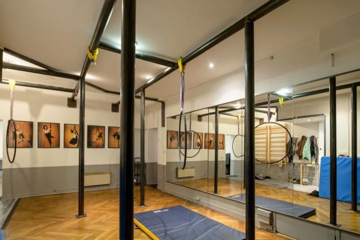 studio de dance avec poteaux en metal