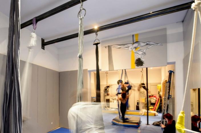 salle de dance avec barre en fer plafond