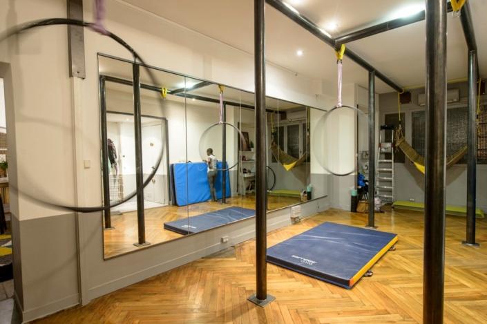 studio de dance avec barre en acier