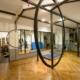 studio de dance avec barre en acier au plafond