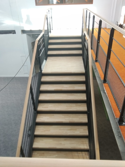 escalier droit en fer et en bois