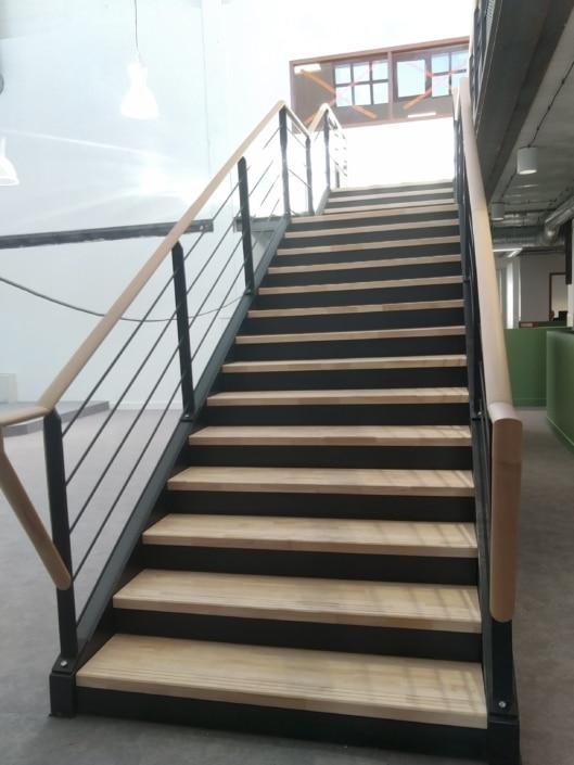 escalier droit metal et marche en bois