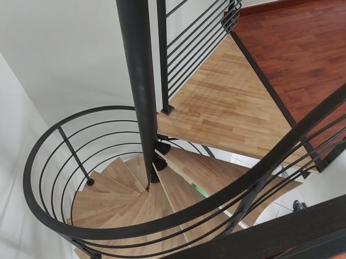 escalier hélicoïdal en fer avec marche en bois