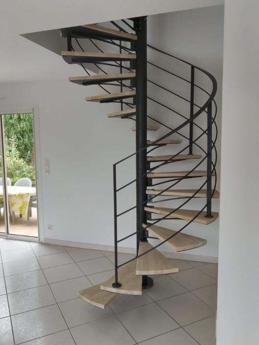 escalier hélicoïdal en metal marche en bois
