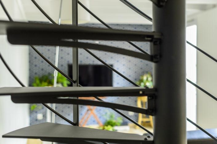 escalier tournant moderne en fer noir