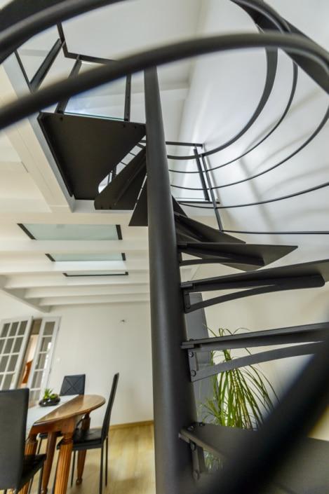 escalier hélicoïdal moderne noir mat