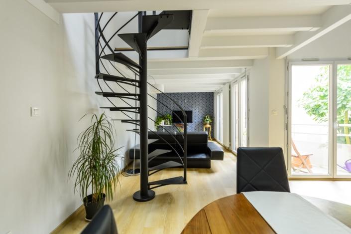 escalier tournant en métal noir mat