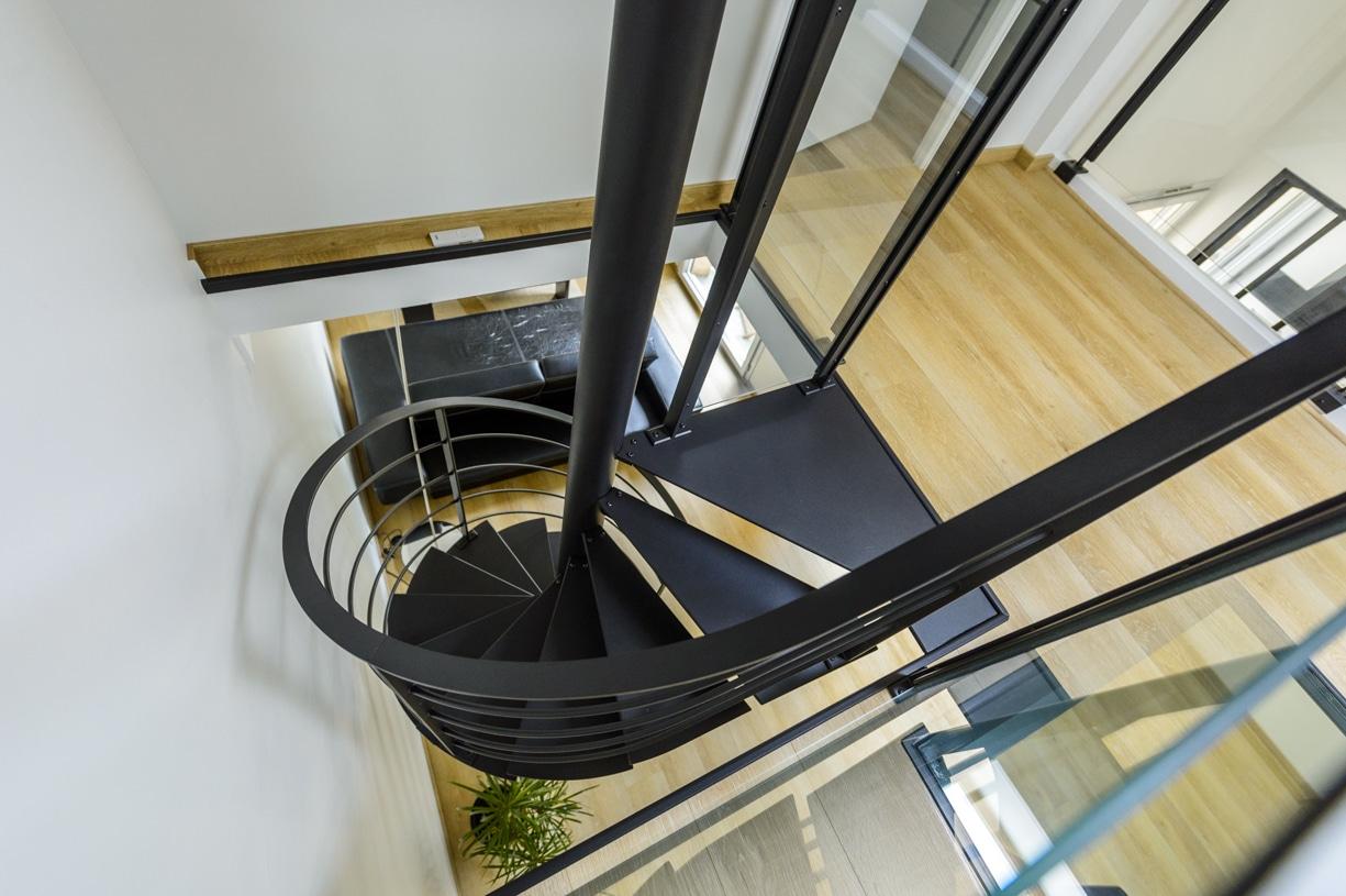 escalier hélicoïdal en metal noir