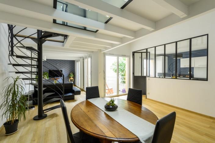 maison moderne avec escalier et verrière en métal