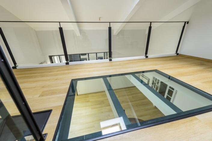 mezzanine moderne avec garde corps en metal et puit de lumiere