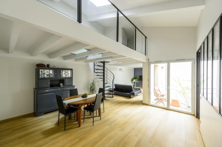 salon mezzanine avec garde corps et escalier en metal
