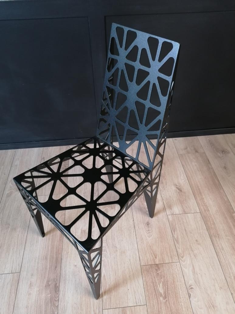 chaise en metal design decoupe au jet d'eau